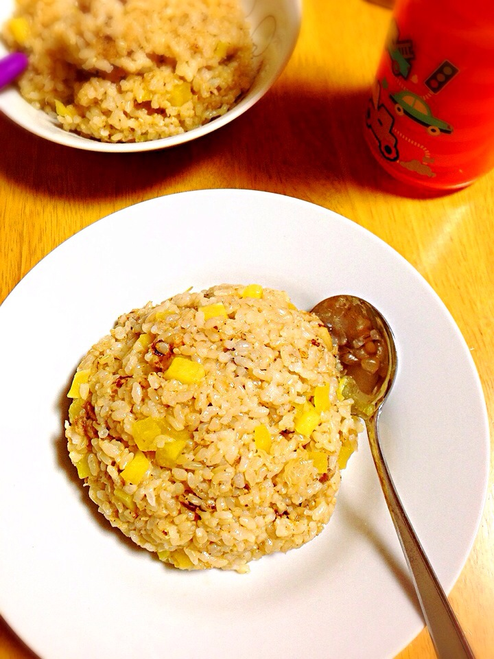 車麩と沢庵の玄米炒飯 Fried rice of the unpolished rice of spiral core-patterned gluten bread and the pickled daikon