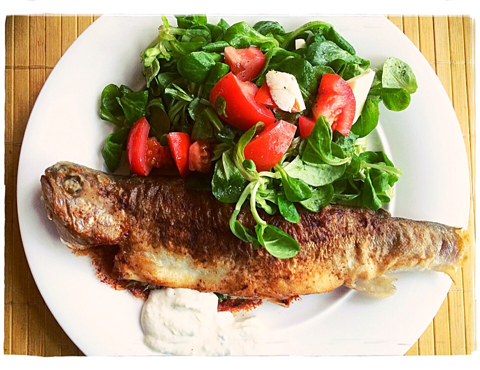 🌿rosemary and paprika spiced fried rainbow trout 🐟with fresh lamb's lettuce, mozzarella and tomatoes 🍅 served with horseradish and herbs sauce