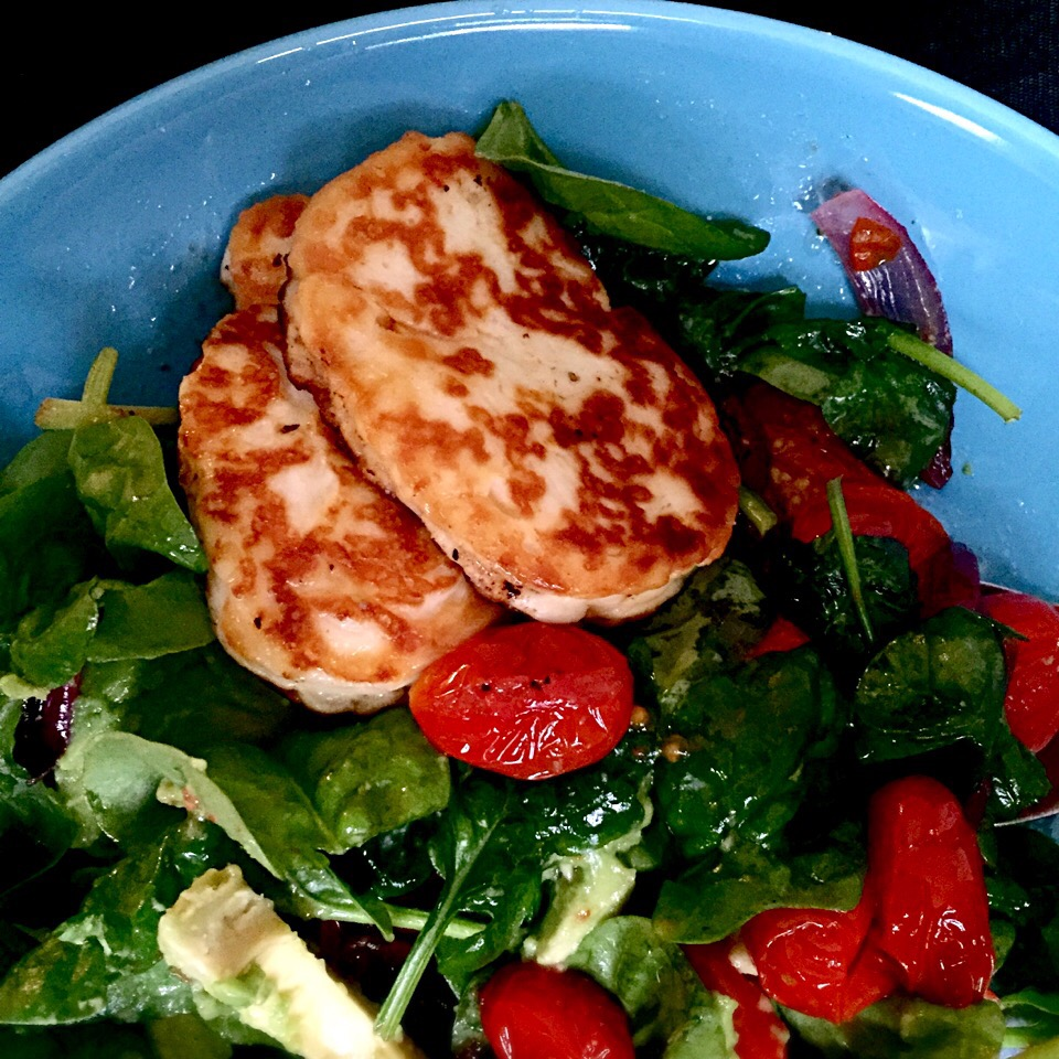 Spinach with avocado, halloumi and fried baby tomatoes with red onion <3