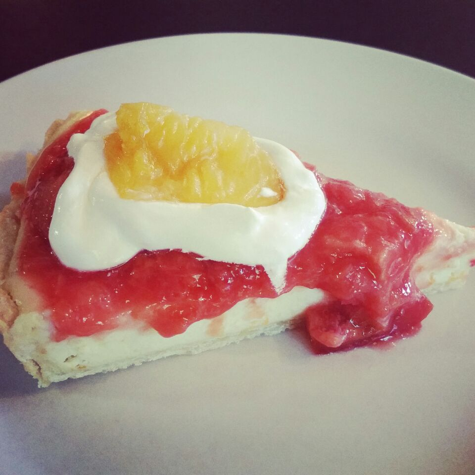 summer tart🍊 It's a  cream cheese and orange zest tart topped with plum compote and whipped cream. To add a little extra sweetness I put brown sugar glazed oran
