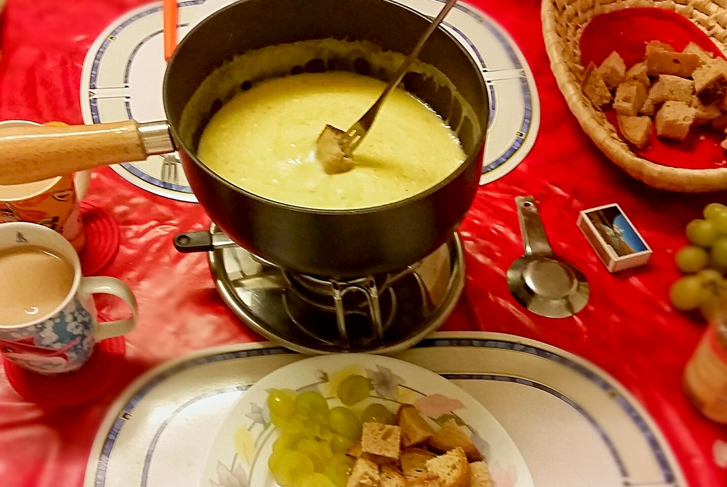 It is getting colder in Switzerland! Cheesfondue time 😄 ❤ Fondue Moitié-Moitié ❤   #Cheesfondue #Swiss kitchen