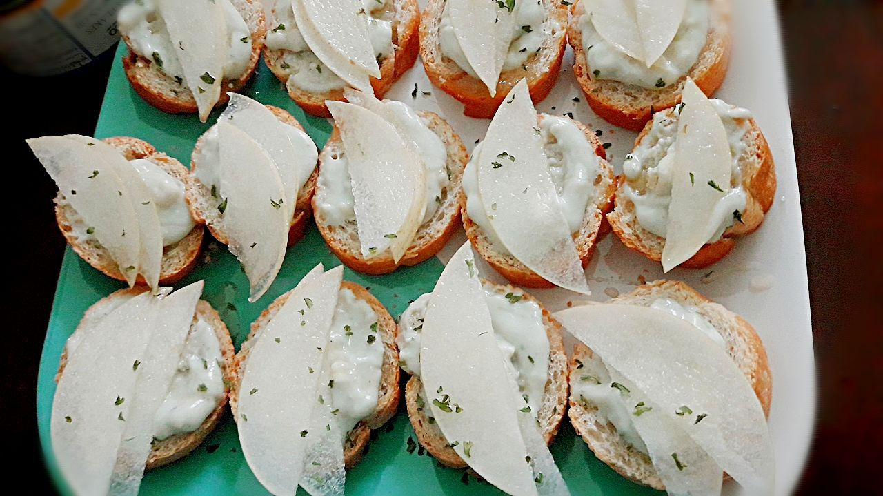 Blue Cheese Honey Pear Crostini 💓🤩💓 #NewYearfingerfoods #goodluck2019 🤑🤑🤑