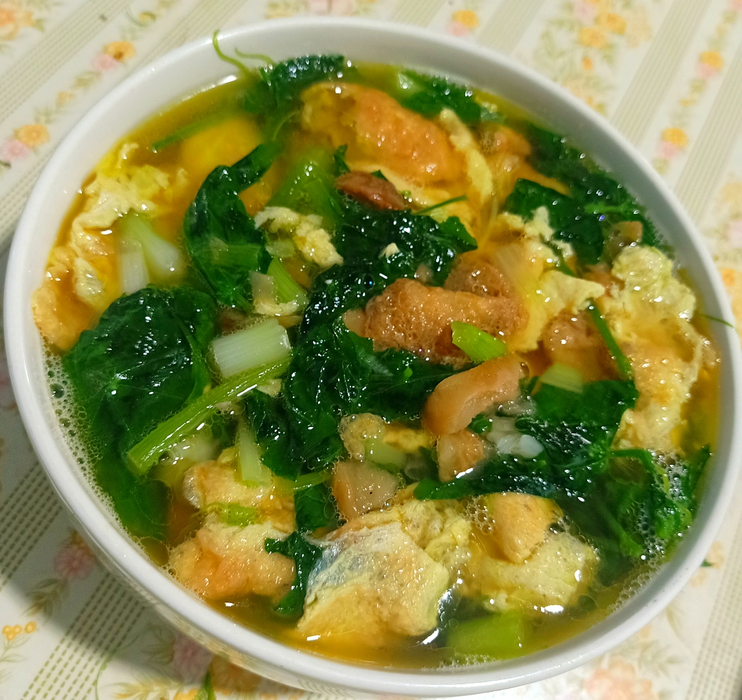 Clear soup with egg and gourd leaves